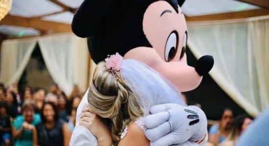 Mickey Mouse leva alianças ao altar e noiva se emociona