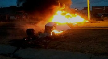 Moradores protestam por causa do atropelamento de um adolescente na BR-101