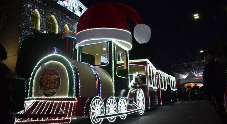 Desfile do Papai Noel é acompanhado por carros alegóricos