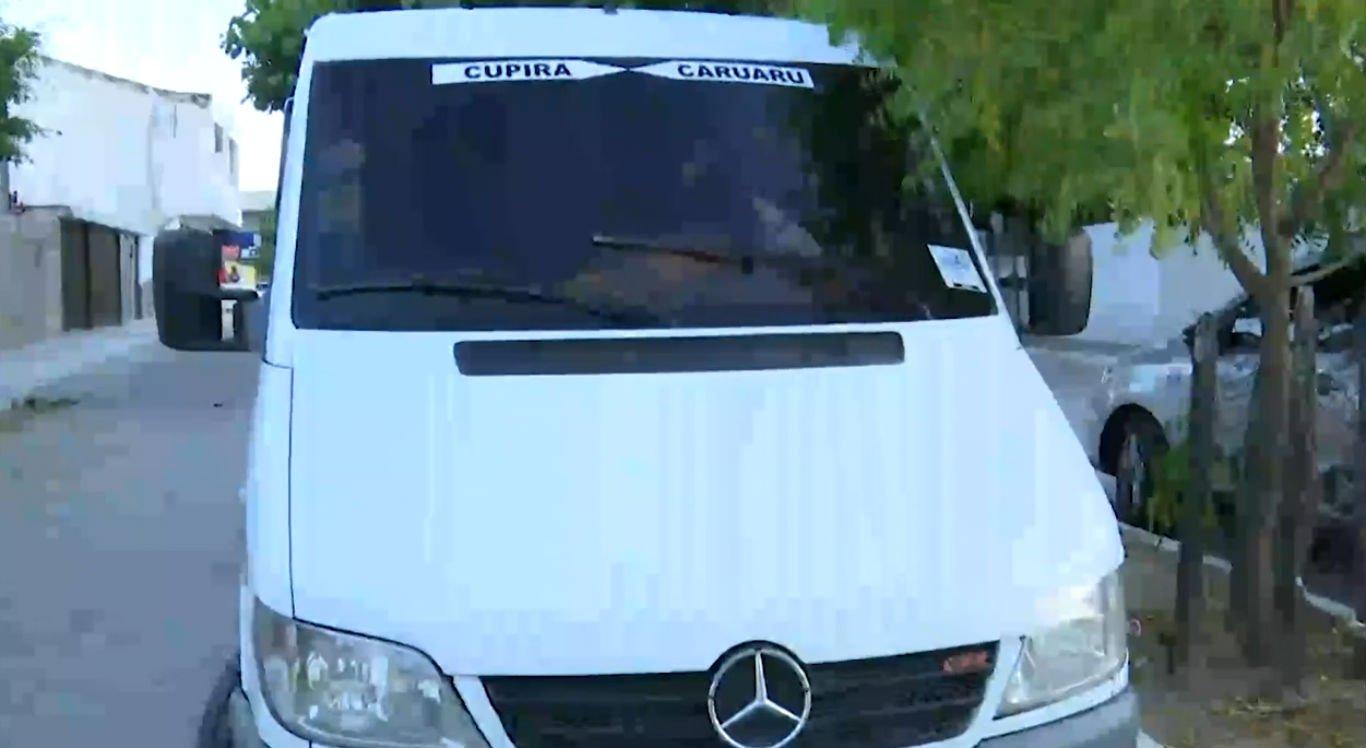 Suspeitos entraram na van como passageiros e depois anunciaram um assalto