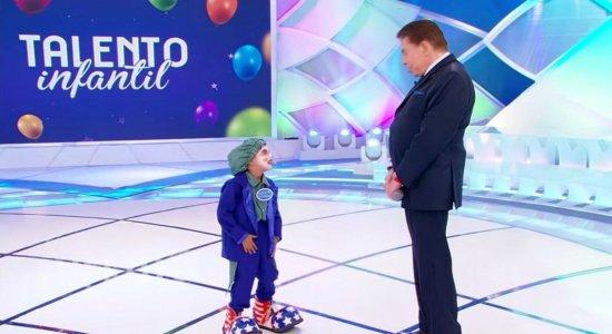 ''Eu gostei muito do Silvio Santos'', conta palhaço mirim que roubou a cena no SBT