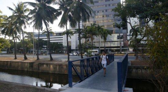 Pedestres ganham nova passarela na Avenida Agamenon Magalhães