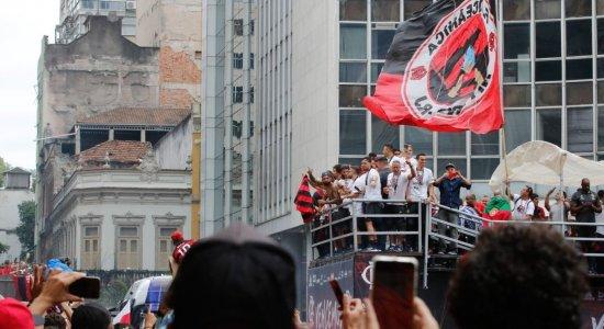 Jogadores do Flamengo chegam ao Rio em clima de festa