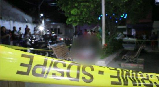 Homem é morto em praça enquanto bebia com amigos no Cabo