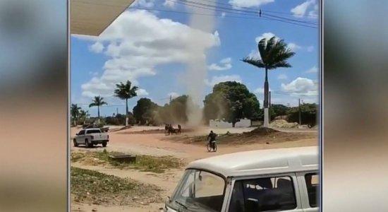 Vídeos mostram redemoinho que assustou moradores em Condado