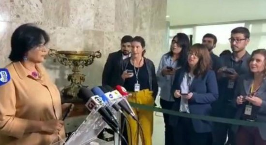 Damares convoca coletiva de imprensa, não responde pergunta e depois explica o motivo
