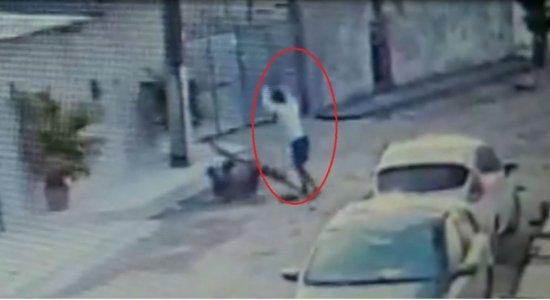 Vídeo: homem tenta matar jovem com barrote de madeira