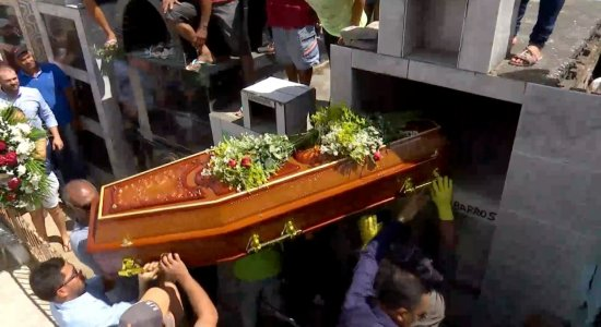 Mulher morta a facadas é enterrada em Altinho; adolescente é suspeita do crime