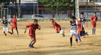 Pelo Sub-15, União da Gávea Núcleo Retrô disputa título de campeão do Recife Bom de Bola com o Real Jardim F.C., no campo do Derby.
