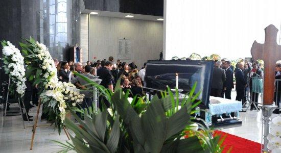 Familiares, amigos e artistas famosos se emocionam no velório do apresentador em São Paulo
