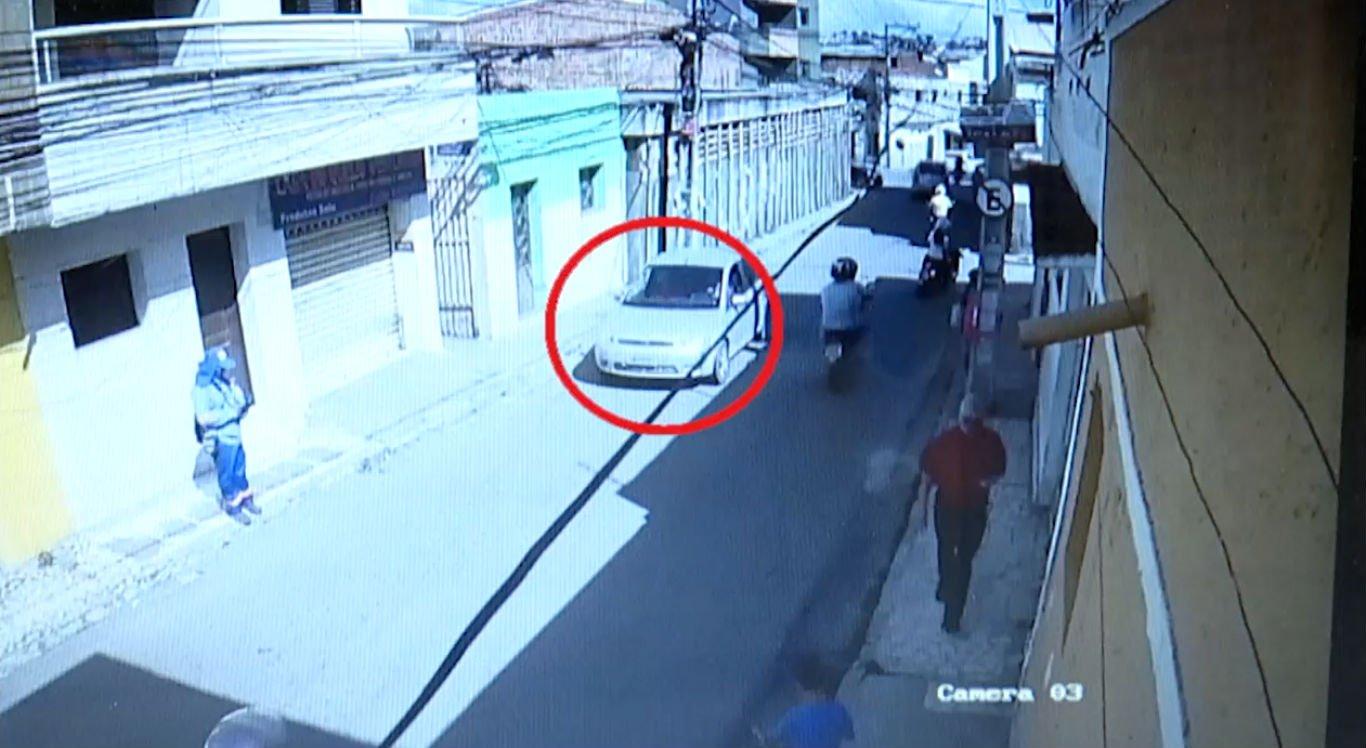 Vídeo mostra quando motocicleta segue carro em que as vítimas estavam
