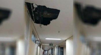 Na área interditada há rachaduras e buracos no teto