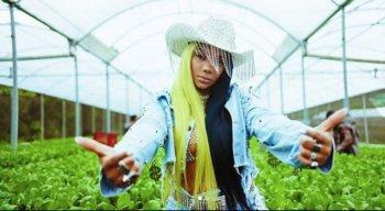 A cantora lança o terceiro single com apologia à drogas