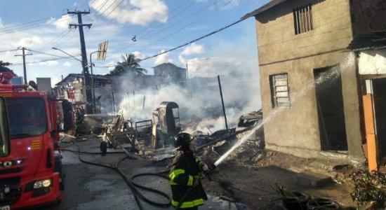 Incêndio atinge barracos no bairro de Peixinhos