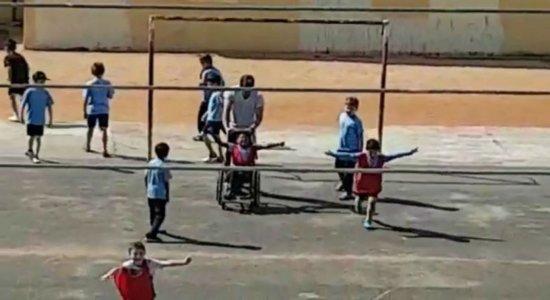 Com ajuda de professor, aluno cadeirante marca gol em jogo de futebol; veja