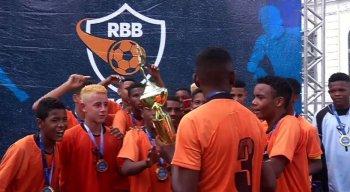 Meninos do Real Jardim F.C. comemoram o título levantando o troféu