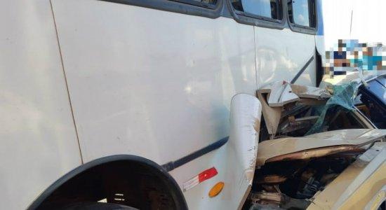 Mulher morre e motorista fica ferido após acidente entre ônibus e carro em Caruaru