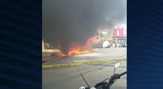Carro pega fogo e assusta moradores na Zona Norte do Recife