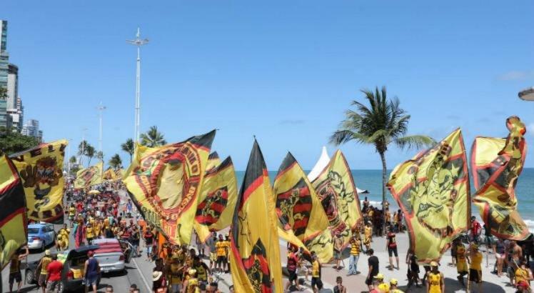 Camisa amarela da Torcida Organizada predomina na Carreata do Sport