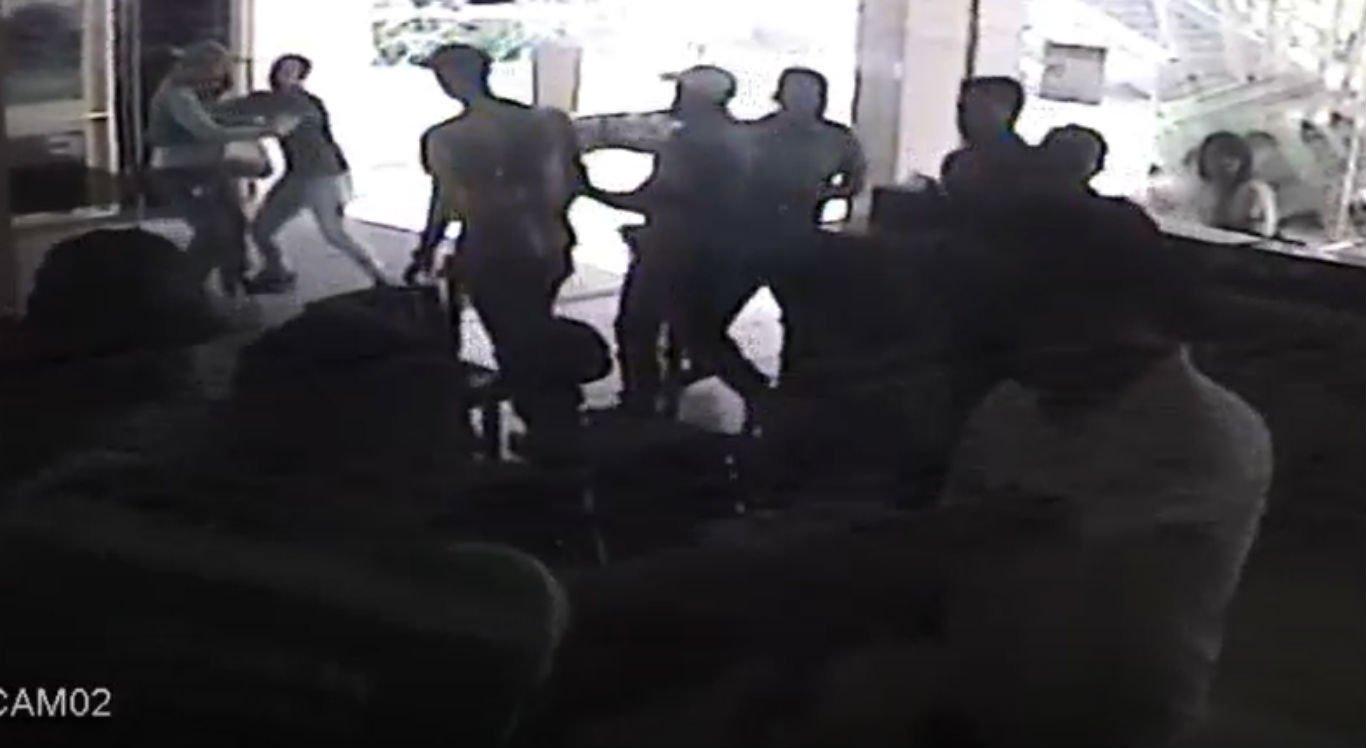 Vídeo mostra momento em que ambulantes e fiscais entram em conflito
