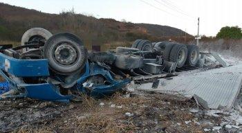 Um dos acidentes envolveu um caminhão de gesso