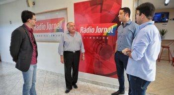 Visita de João Carlos Paes Mendonça à sede da Rádio Jornal Limoeiro
