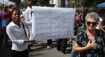 Protesto de funcionários do Hospital Getúlio Vargas, nesta quarta-feira (4), em frente ao prédio do Hospital