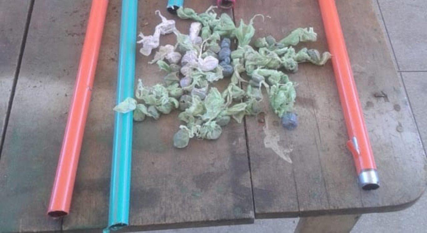 Homem tenta entrar na cadeia de Garanhuns com drogas dentro de cabos de vassouras