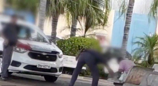 Policial Militar é flagrado agredindo cachorro e morador de rua