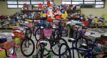 240 crianças da Escola Municipal Coronel José Joaquim de Lima e Silva receberam presentes, em Paulista