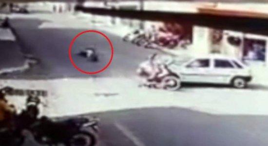 Motoqueiro é arremessado após colidir em carro no Sertão