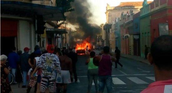 Carro pega fogo e assusta população em Olinda