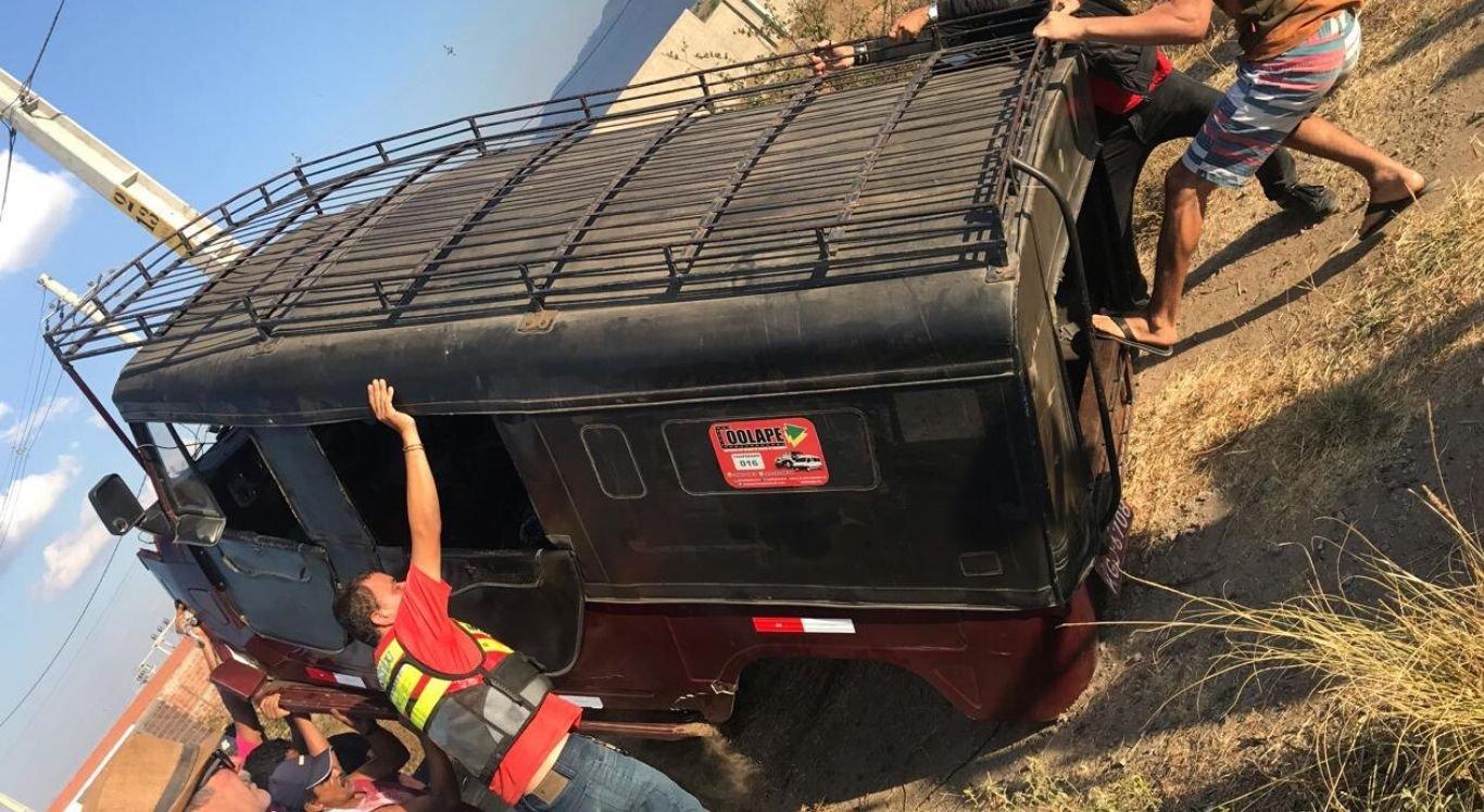 Motorista perdeu o controle do veículo e bateu na roda do caminhão pipa