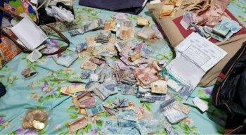 Na casa de suspeitos, foram encontradas cédulas verdadeiras e moedas proibidas para circulação