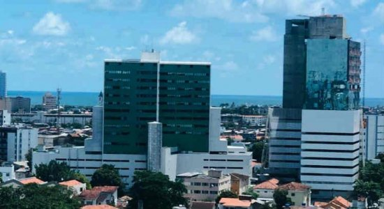 O novo hospital (prédio da direita sendo construído) vai oferecer atendimento de média e alta complexidade