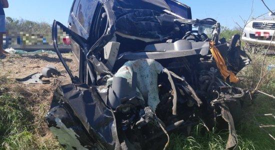 Caminhão e carro colidem no Sertão