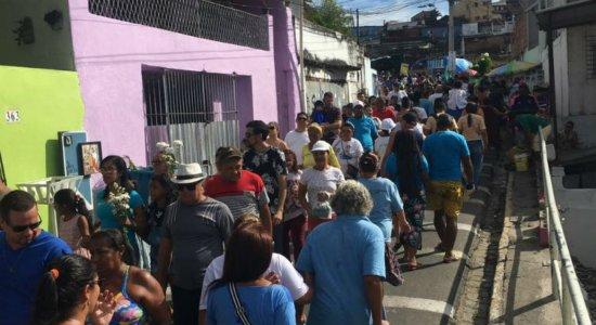 Mar de fiéis sobe o Morro da Conceição neste domingo (8)