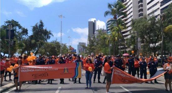 Dezenas de pessoas em caminhada pedem o fim da violência contra as mulheres