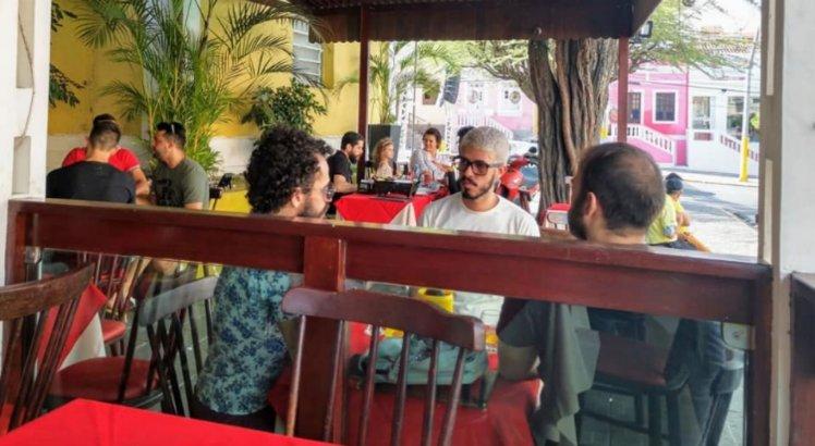 Bar e restaurante tem mesas ao ar livre