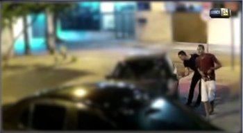 Nas imagens, é possível ver o exato momento que os suspeitos abordam a vítima, que tirava o carro da garagem