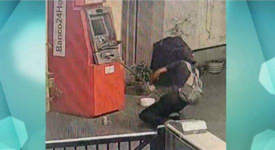 Caixa eletrônico é alvo de tentativa de explosão no metrô; veja vídeo