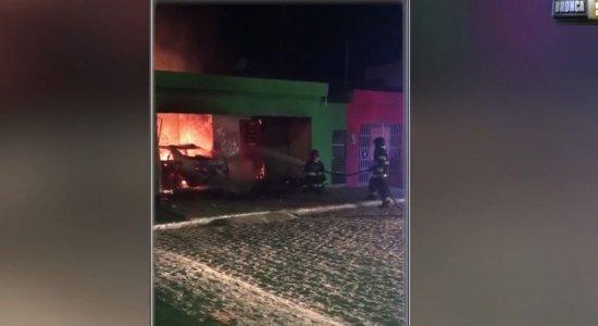 Homem invade casa da ex-esposa com carro e ateia fogo no imóvel