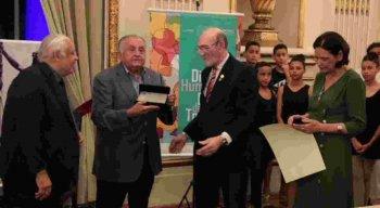 O presidente do SJCC, João Carlos Paes Mendonça, segurando a honraria