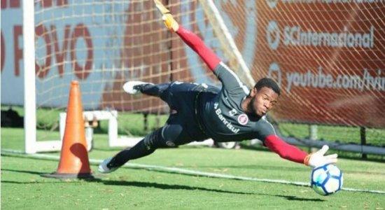 Santa Cruz oficializa contratação de goleiro de 2,04m de altura