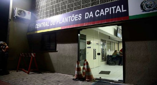 Dois homens são presos com armas escondidas em Dois Unidos, no Recife