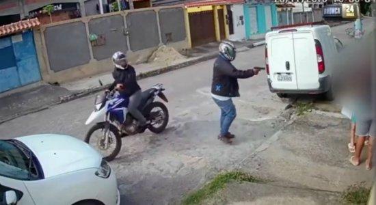 Vídeo mostra homem sendo assassinado em frente a casa no Curado