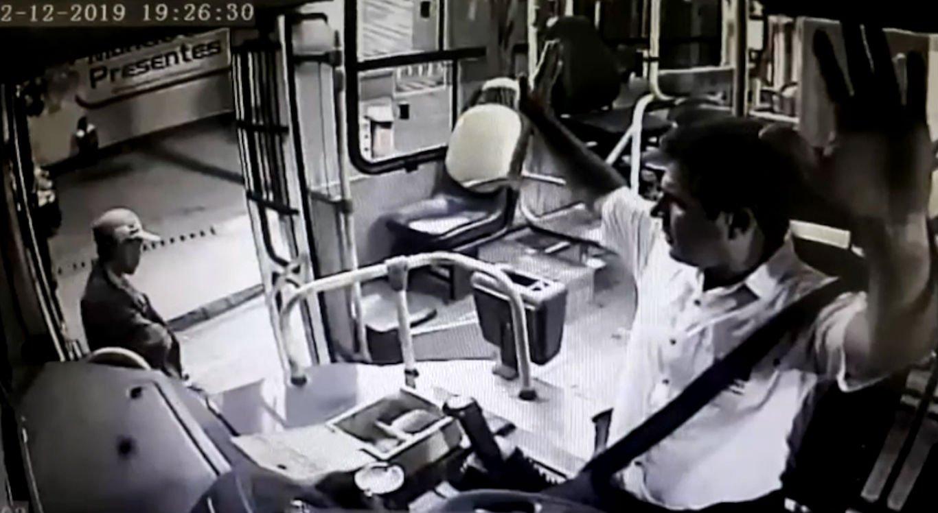 Motorista do ônibus foi abordado pelo assaltante