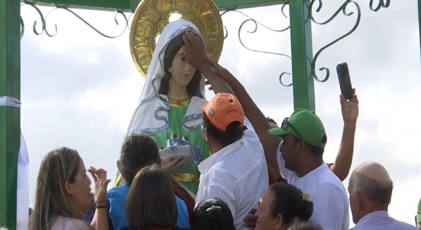 Um missa foi realizada pelo Bispo para celebrar o dia da Santa
