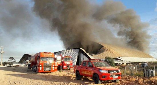 Incêndio atinge galpão de materiais recicláveis em Igarassu