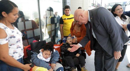 Crianças com microcefalia fazem perícia para receber pensão no Recife